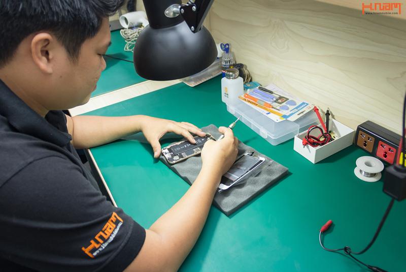Bạn Lâm- nhân viên sửa chữa điện thoại