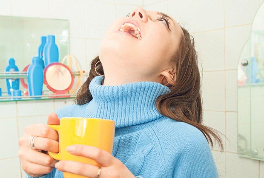 Súc miệng thường xuyên bằng nước muối