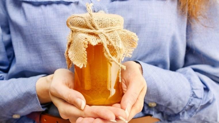 Thoa mật ong thiên nhiên để giúp mụn thủy đậu nhanh lành và ít để lại sẹo
